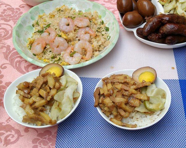 西湖市場「兩丿嘉義雞肉飯」的滷肉飯採用豬頸肉熬煮。