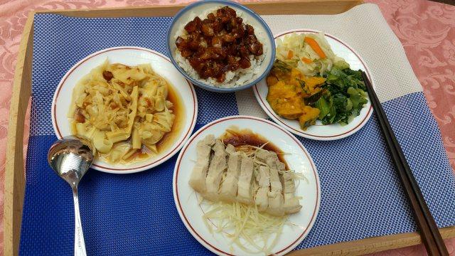 東門市場「東門城滷肉飯」飄香80年。