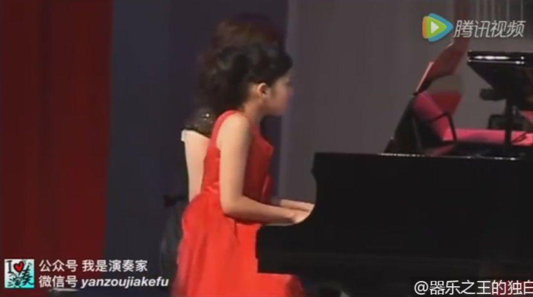 歐陽娜娜10歲時表演四手聯彈。 圖/擷自微博