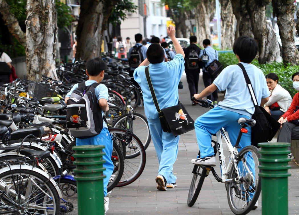 圖為台北市金華國中學生放學。聯合報系資料照/記者陳柏亨攝影