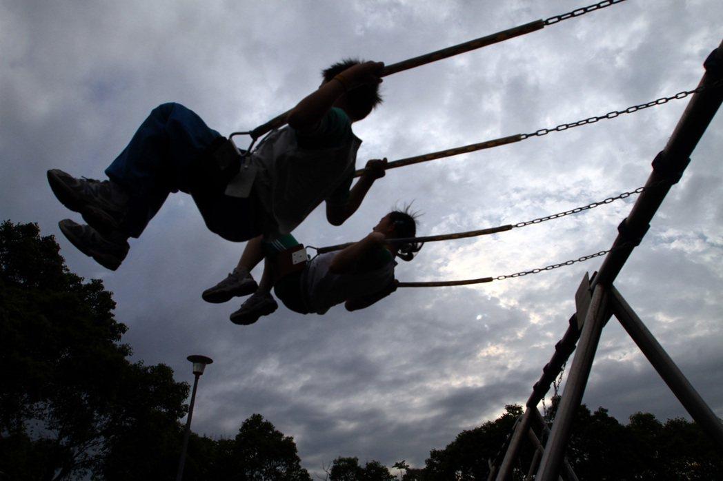 小學生放學後到公園裡盪鞦韆,享受涼爽的午後。聯合報系資料照/高彬原攝影