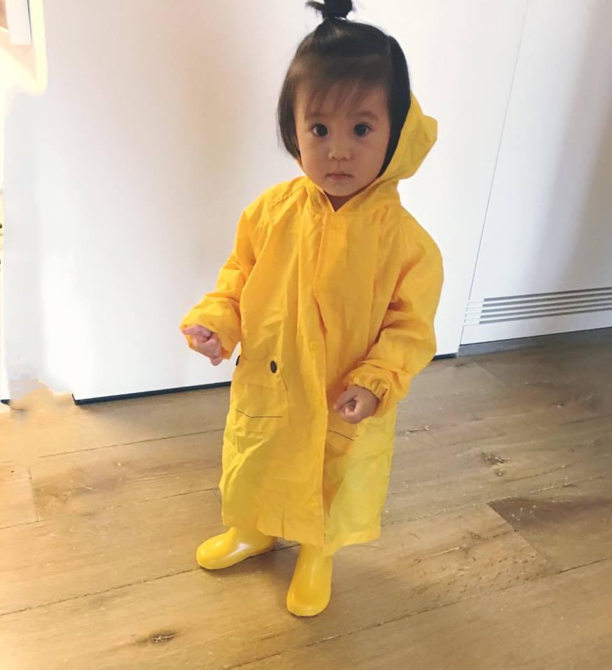 咘咘穿雨衣初體驗。 圖/擷自臉書。