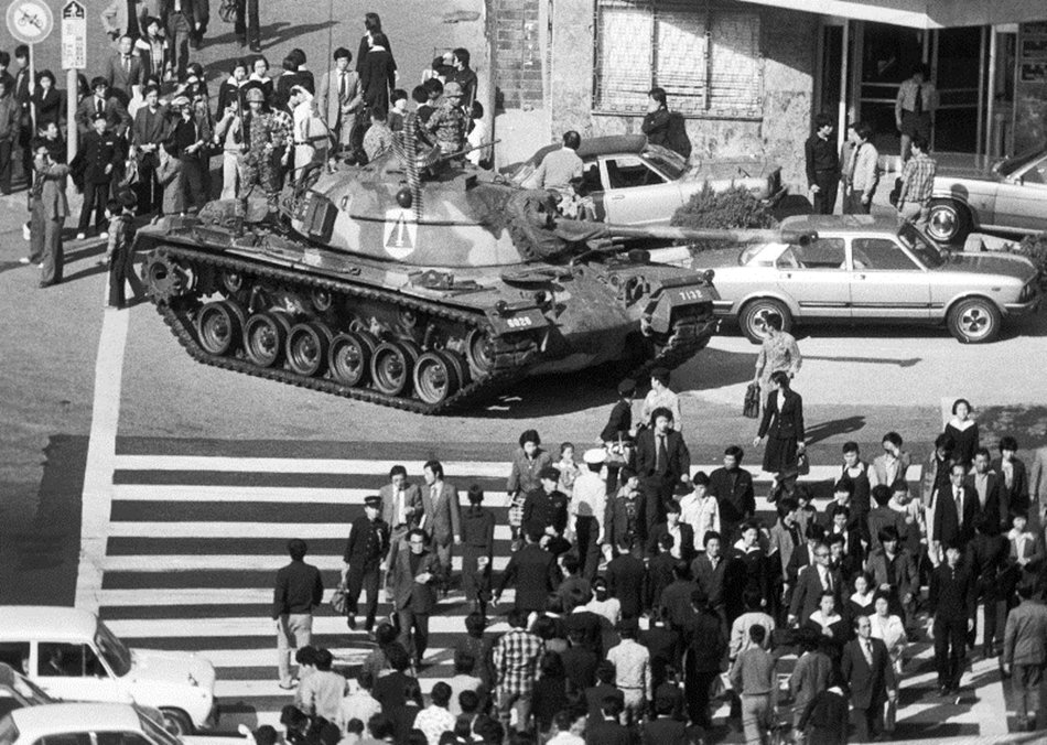 朴正熙遇刺後隔年,南韓政府為遏阻反對運動,宣布全國戒嚴。圖為戒嚴下的首爾街頭。 ...