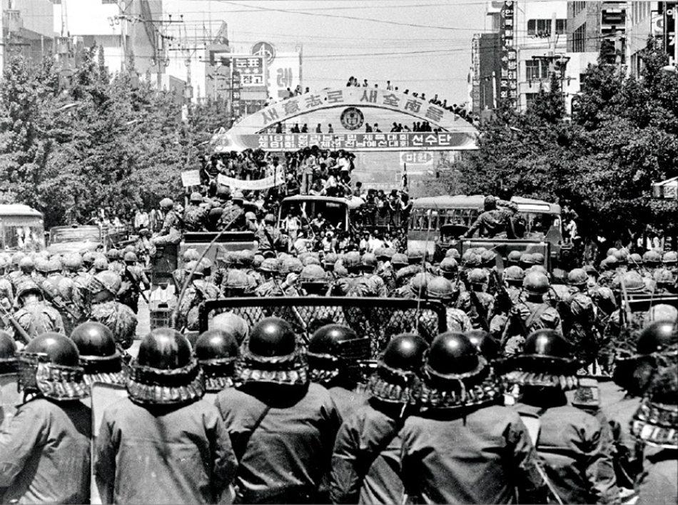 戒嚴令下,光州出身的金大中遭逮捕,卻導致此地反政府示威聲勢擴大。圖為1980年5...