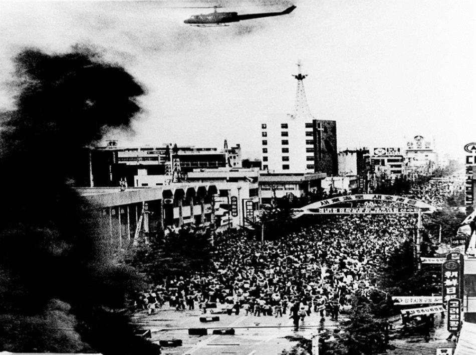 武裝政變上台的全斗煥,1980年血腥鎮壓光州民主運動後,為了轉移人民注意力,邀集...