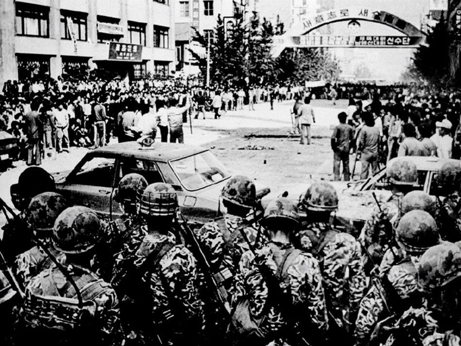 眼見光州民憤難以收拾,陸軍空降特戰部隊遂於5月18日,以「華麗的假期」作為行動代...