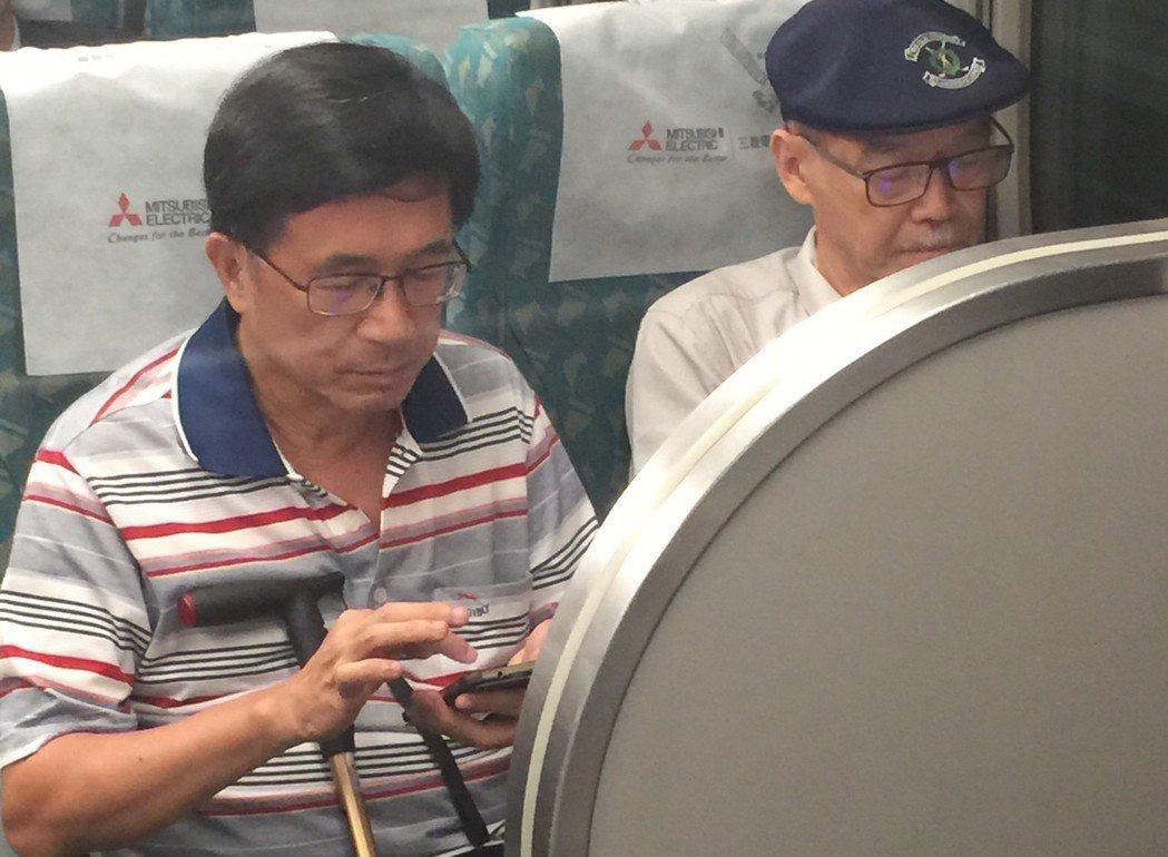 保外就醫的前總統陳水扁,去年在高鐵車廂中,被拍到沿途用右手食指低頭滑手機。報系資...