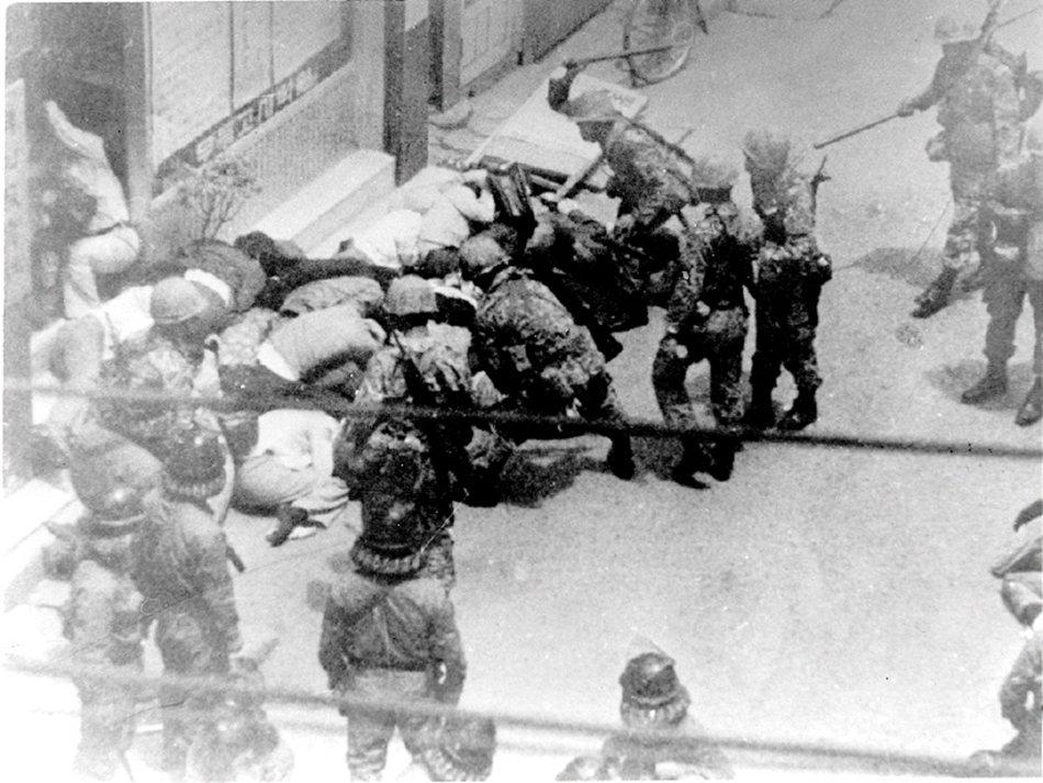 進入光州鎮壓的部隊,屠殺平民,並封鎖內外道路與通訊。「光州事件」,最終也以血洗鎮...