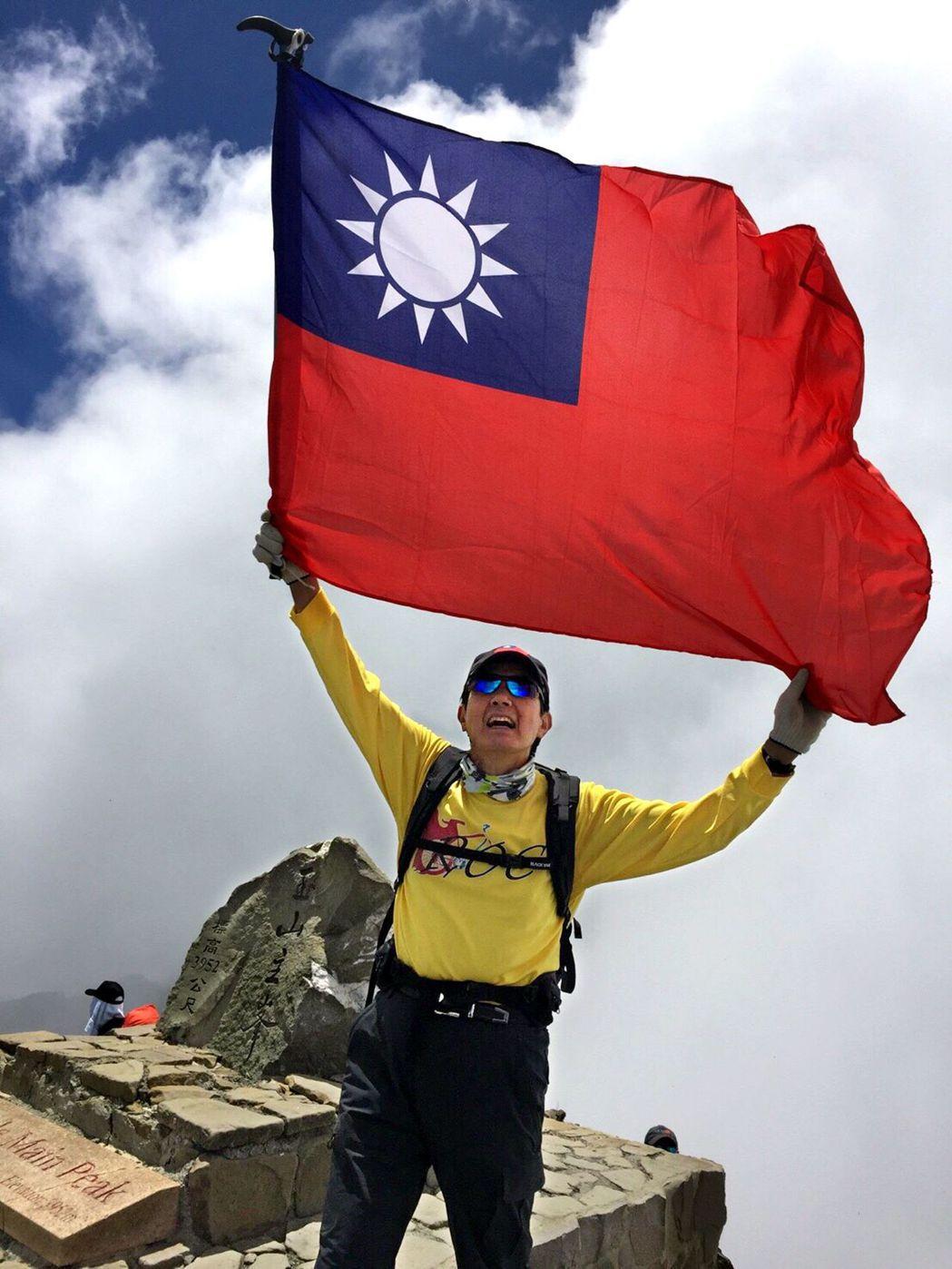 前總統馬英九去年8月以單日攻頂往返方式,帶著國旗一舉登上玉山主峰,成為我國首位成...