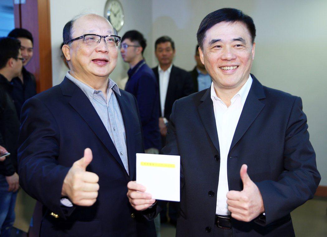 郝龍斌(右)日前領表正式參選國民黨主席時,胡志強(左)到場助陣。 圖/本報資料照