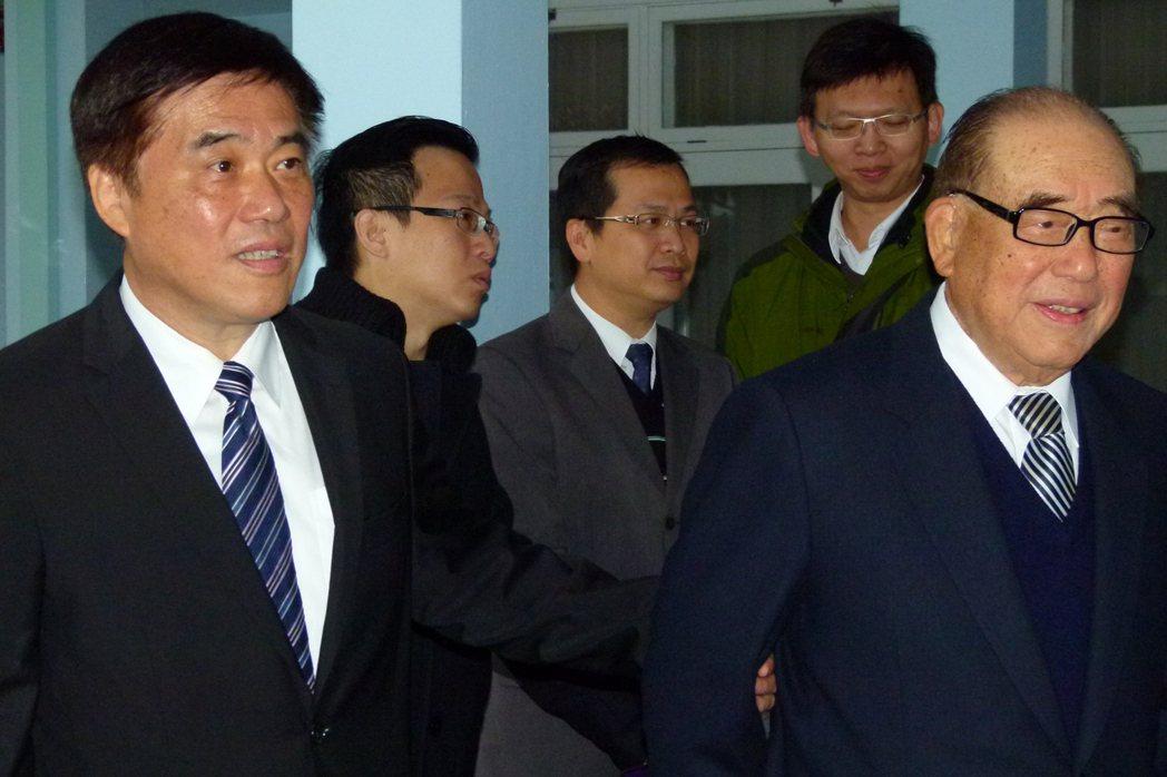 郝柏村(右)表示對郝龍斌(左)領導中國國民黨有信心。 圖/本報資料照