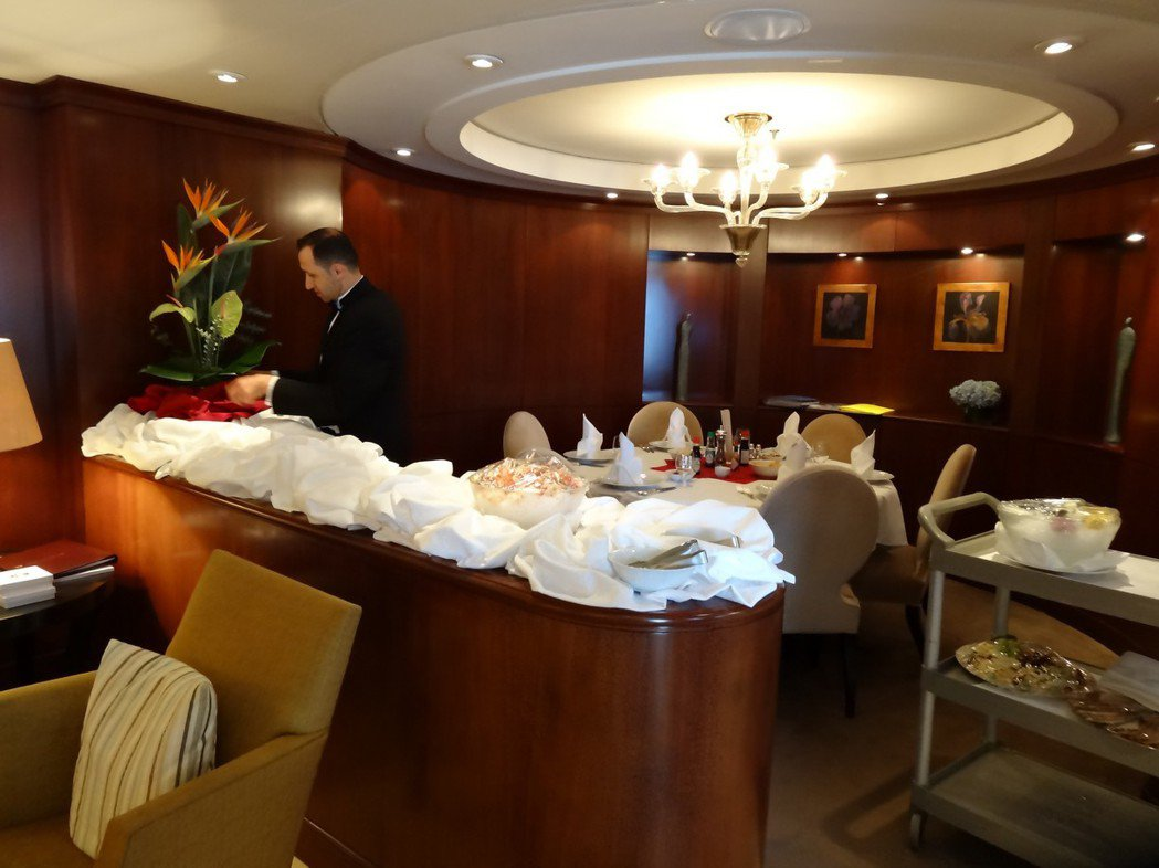 水晶郵輪總統套房的管家,大小事都交給他就對了,連在房內宴客都可以張羅盆花、冰雕進...