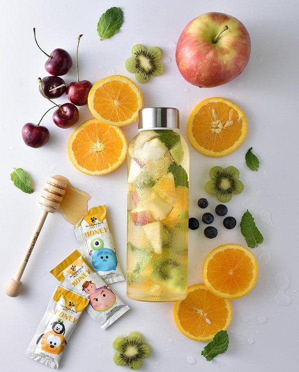 輕巧可愛的隨身包,搭配簡單的水果,就能簡單補充人體需要的水分及維生素。圖由廠商提...