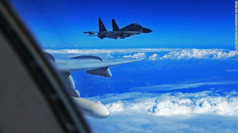 圖為蘇-30護航轟-6K。CNN配圖