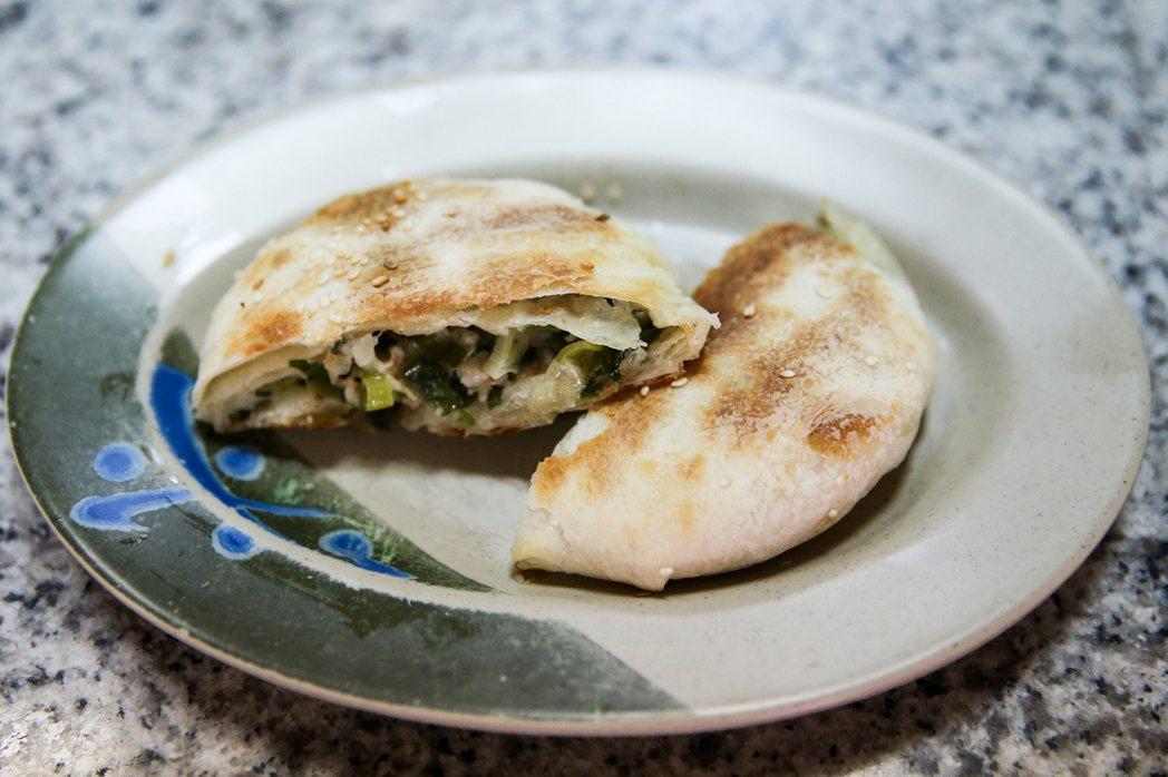 「三佳早點」蔥肉餅飽滿香酥,台中市長林佳龍、立委盧秀燕都是常客。記者黃仲裕/攝影