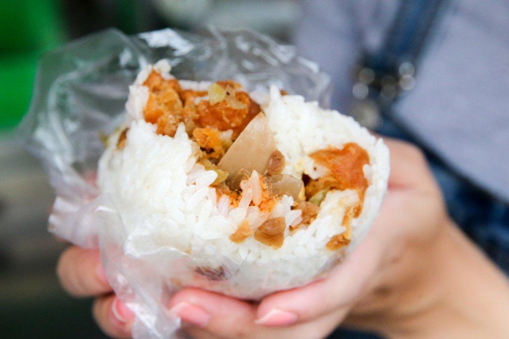 台中第五市場的「日棧飯團」,每天大排長龍,冷了更Q更好吃。記者黃仲裕/攝影
