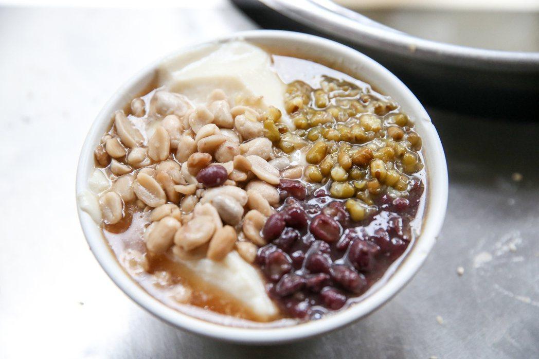 台中火車站附近的「謝氏早點」,早餐吃得到軟嫩Q彈的手工豆花。記者黃仲裕/攝影