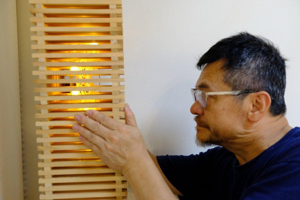 這場個展《木與光的對話-光照燈具藝術》,一共展出呂啟光作品30餘件。記者郭政芬/...