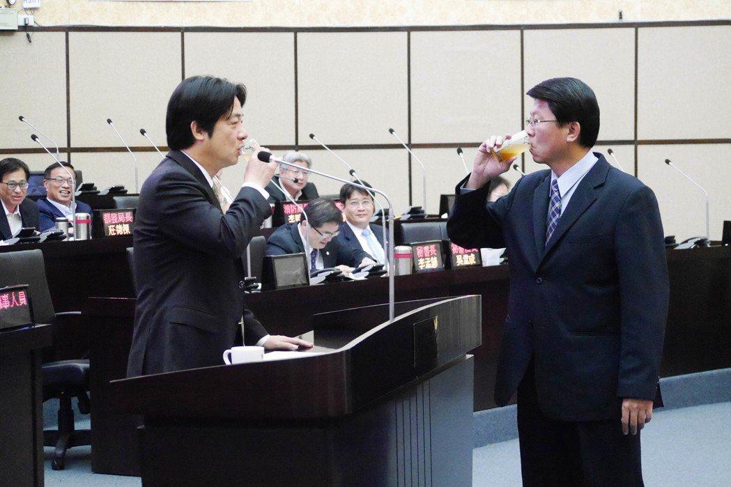 台南市議員謝龍介(右)以蜜茶代酒,邀請市長賴清德(左)舉杯共飲。記者鄭維真/攝影