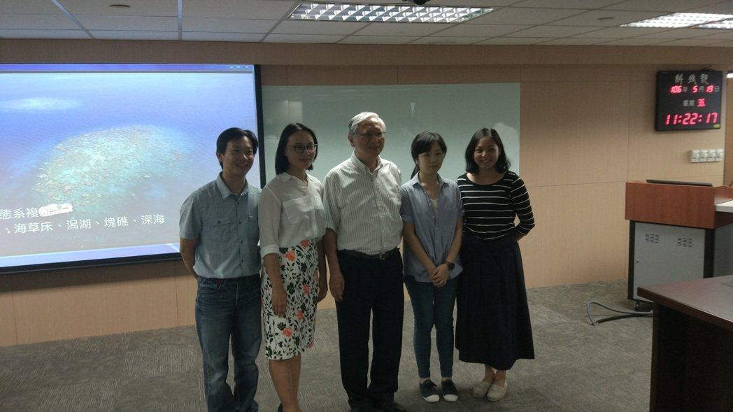 台大地質系助理教授任昊佳(左二)團隊首度直接證實人類排放的氮影響遠洋。記者林良齊...