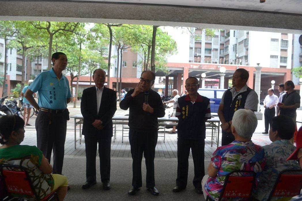 前行政院長郝柏村今天到台南市南區大林新城為郝龍斌拉票,籲請支持。記者鄭惠仁/攝影