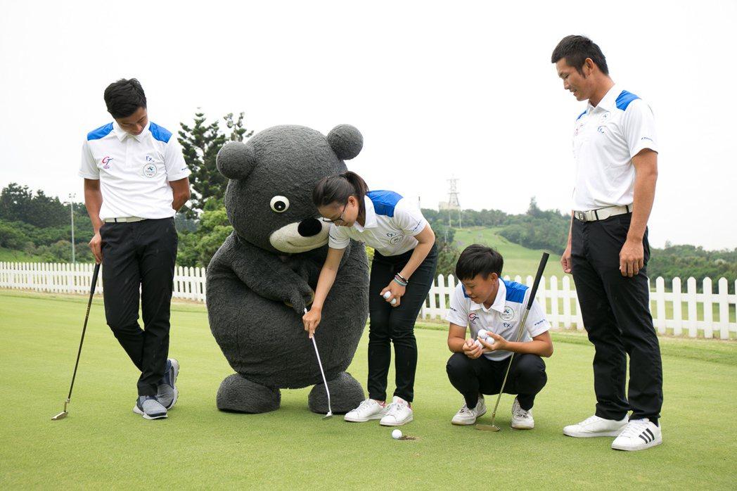 世大運選手指導熊讚練球。圖/世大運執委會提供