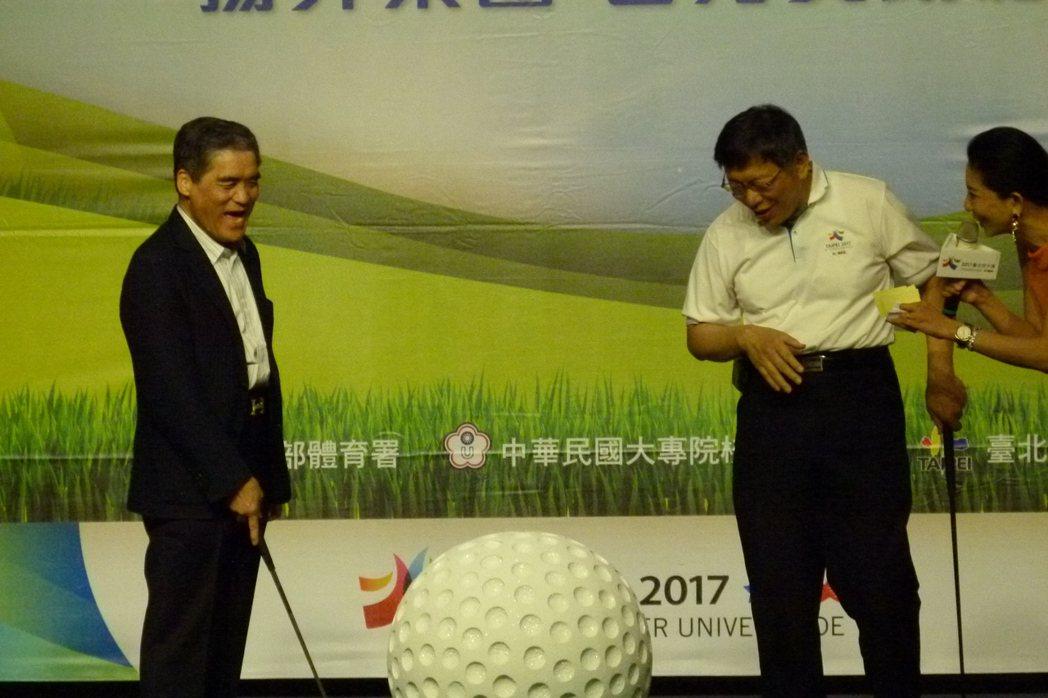 柯文哲(右)拜訪揚昇集團董事長許典雅(左),並宣傳世大運高爾球賽事,當看見工作拿...
