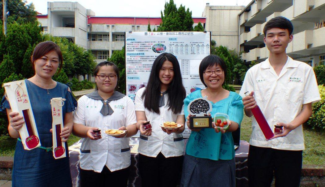員林農工學生利用玉女小番茄釀造出酸甜好喝、顏色美麗的番茄冰酒。記者凌筠婷/攝影