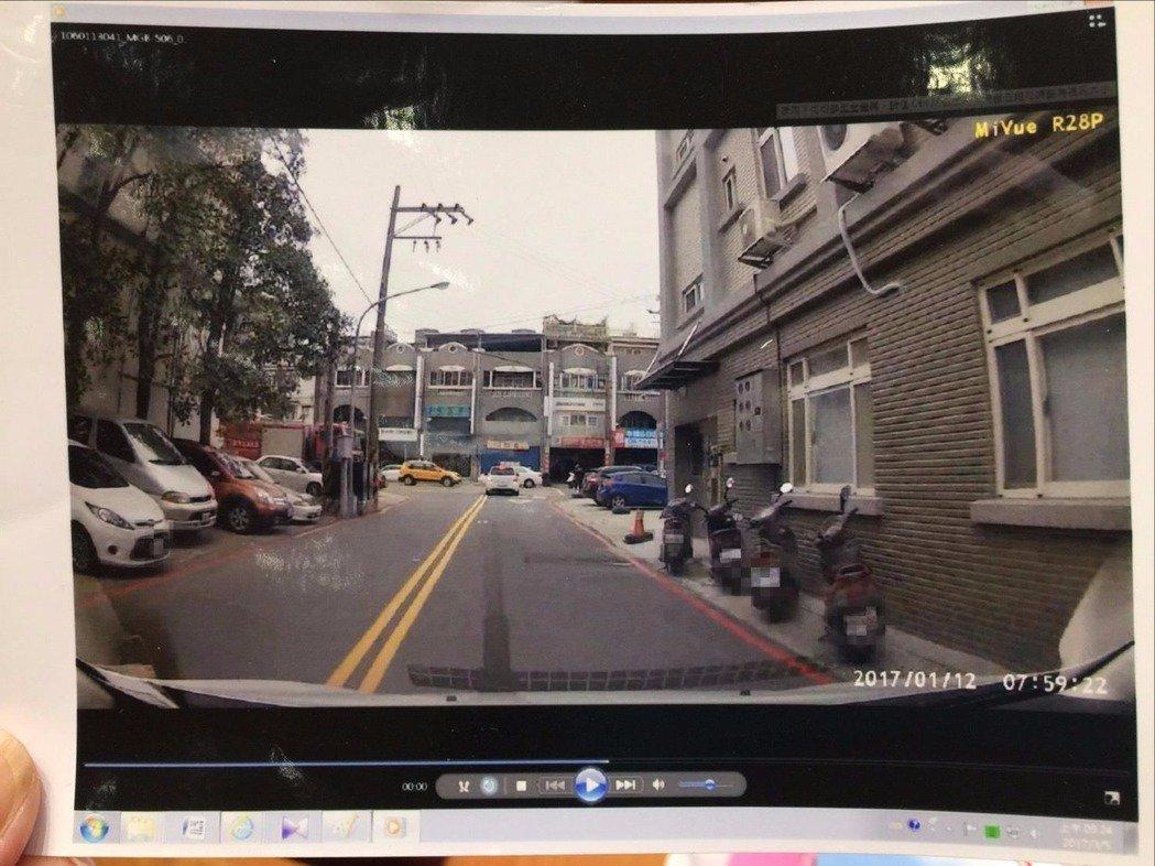 這條路在竹北市福興路旁的巷弄內,右方機車停放處原先是白線,後來改成紅線。記者郭政...