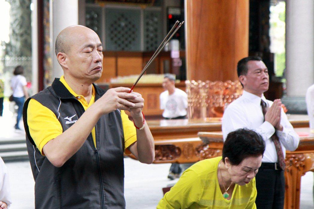 國民黨主席候選人韓國瑜(左)到林口竹林山觀音寺參拜。記者王敏旭/攝影