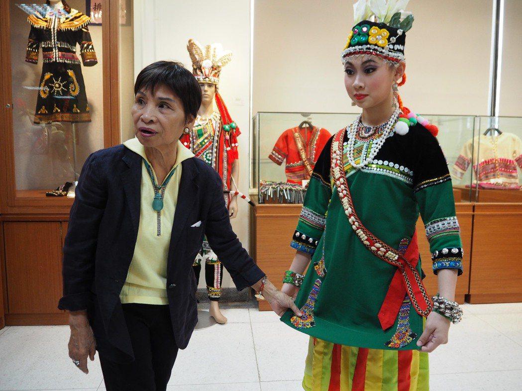 舞蹈家郭惠良(左)投入民族舞蹈超過半世紀,她長年田野調查研究台灣、中國傳統民族舞...