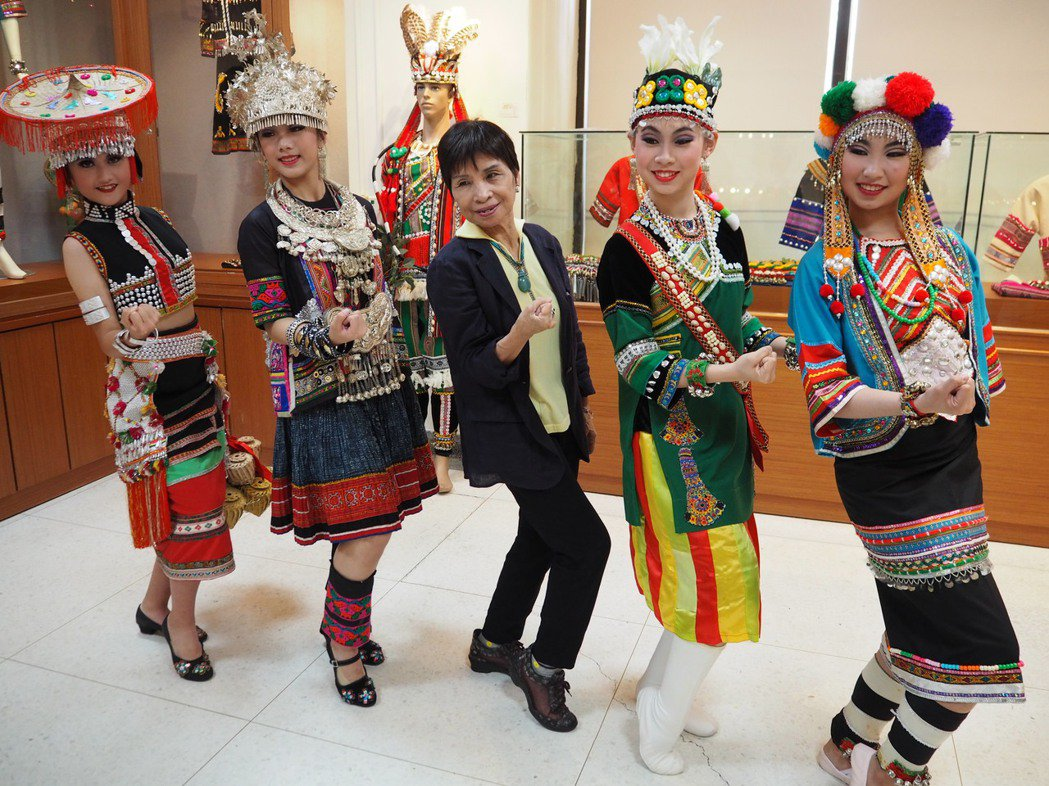 國家薪傳獎得主、綿綿舞蹈團創辦人郭惠良(中)和帶著學生展現鄒、苗族的民族服飾、舞...