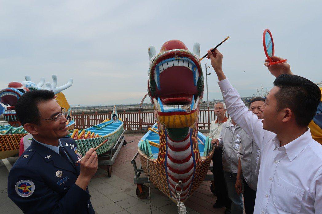 新竹市長林智堅(右)為龍舟點睛祈福。圖/市府提供
