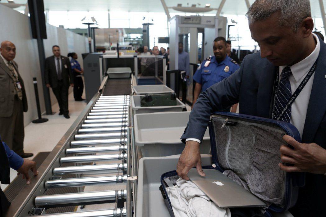 美國考慮擴大禁帶筆電禁令到所有入境班機,航空業及旅客將大受影響。(路透)