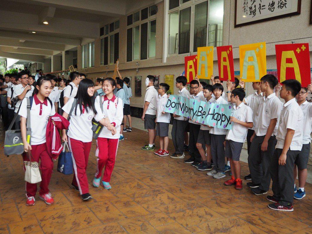 居仁國三考生在加油聲下離開學校,高喊「我要考5A!」記者喻文玟/攝影