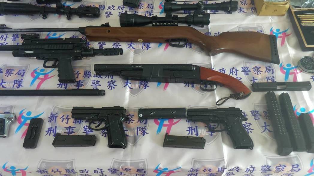新竹縣刑大清理從古姓嫌犯住處查獲的大批槍械成品、半成品。記者郭政芬/翻攝