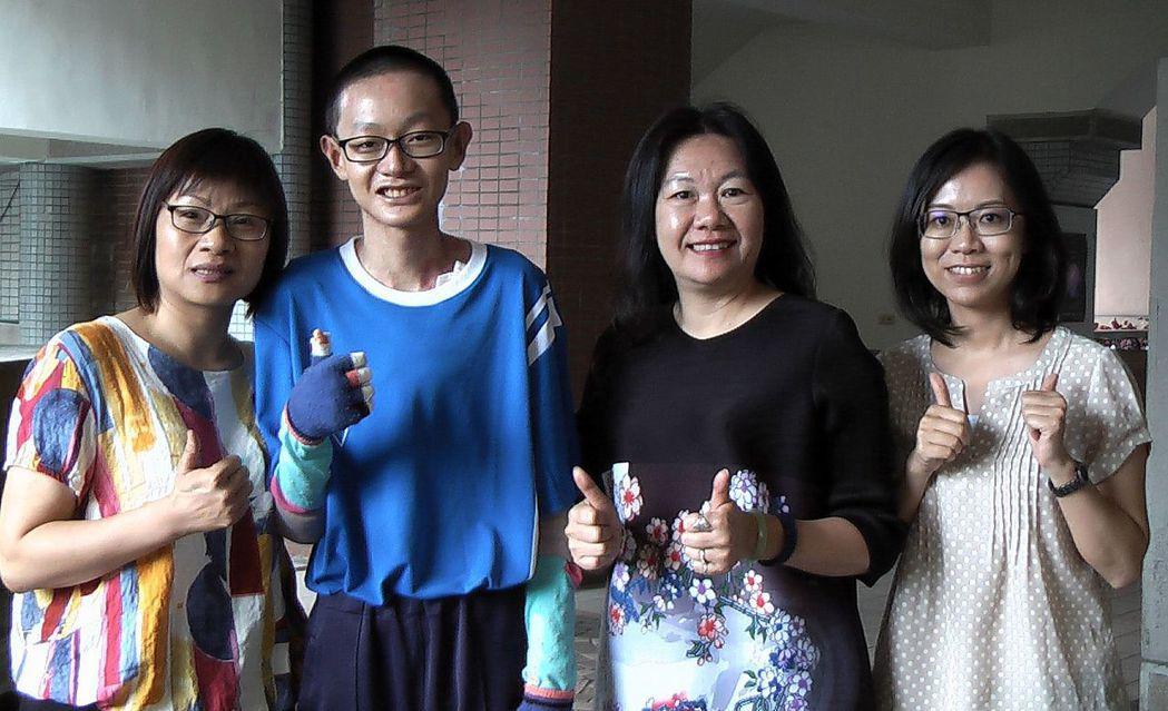「泡泡龍」大仁國中學生唐煒勛(左2),二度榮獲總統教育獎。記者徐如宜/攝影