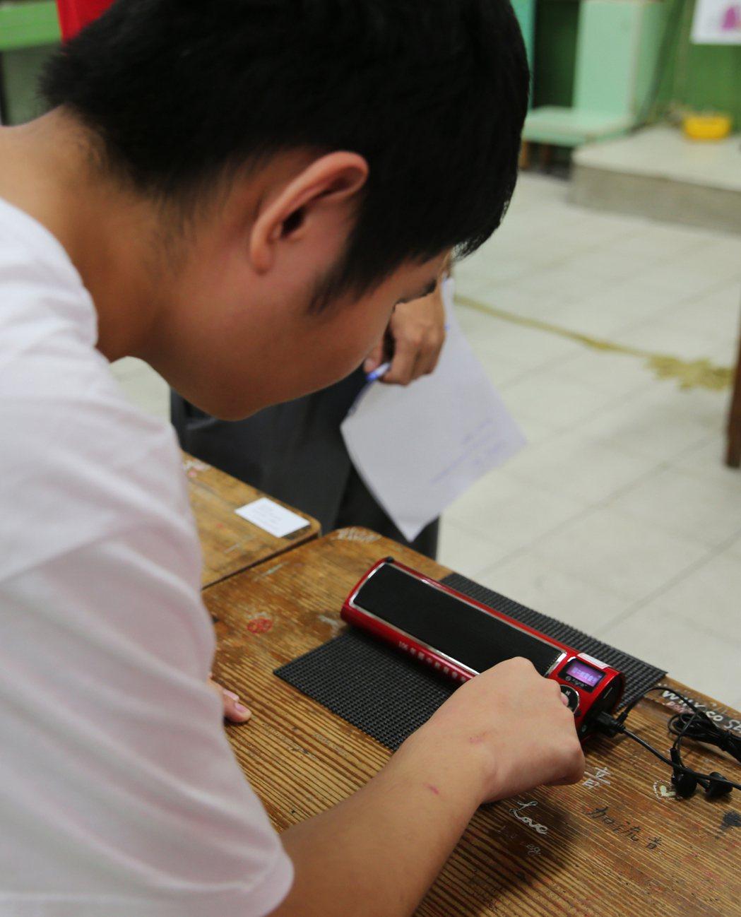 視障考生當場試用點字機及報讀機。記者徐兆玄/攝影