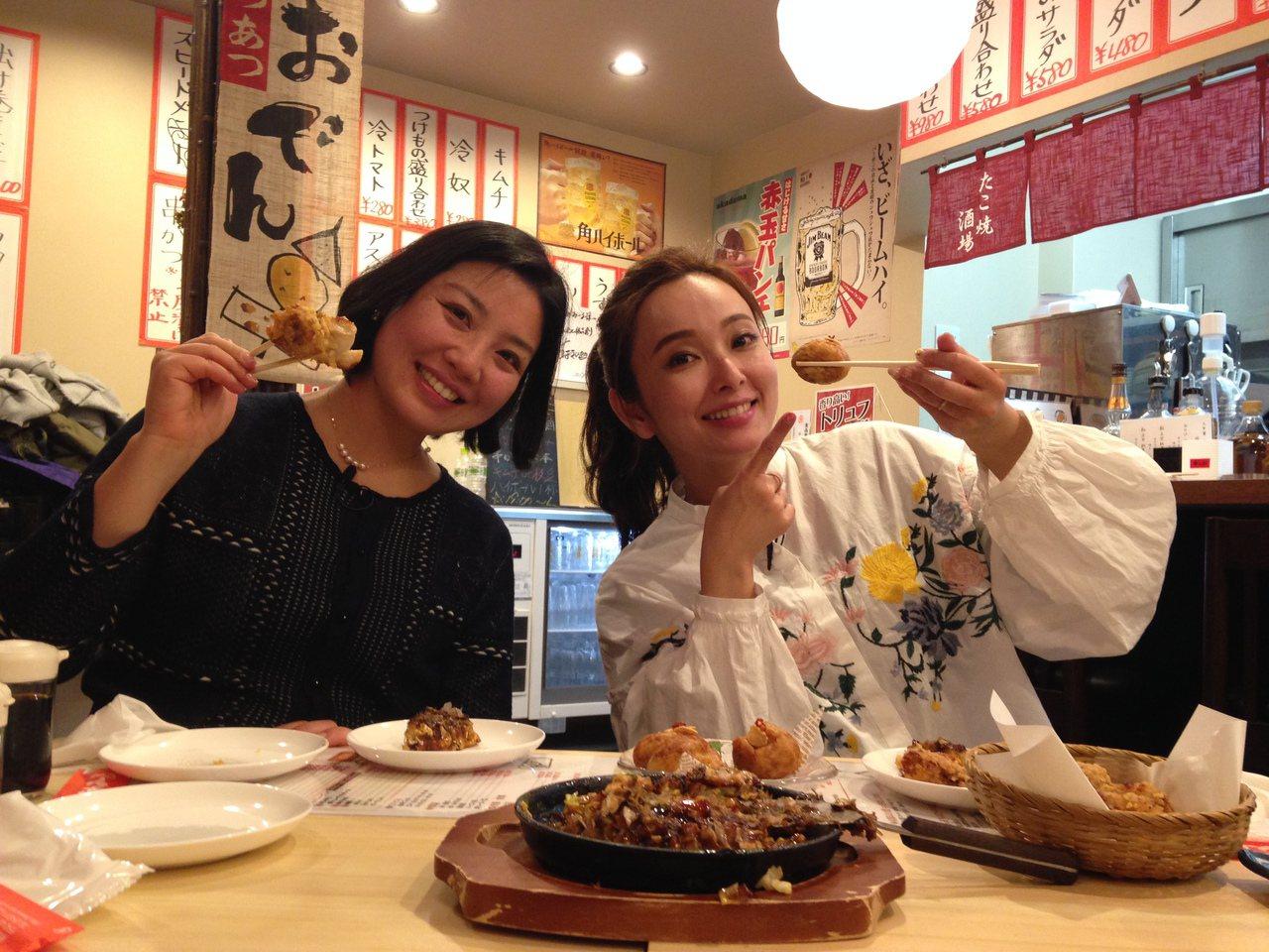 愛紗(右)和夏如芝品嘗靈魂美食章魚燒。圖/中視提供