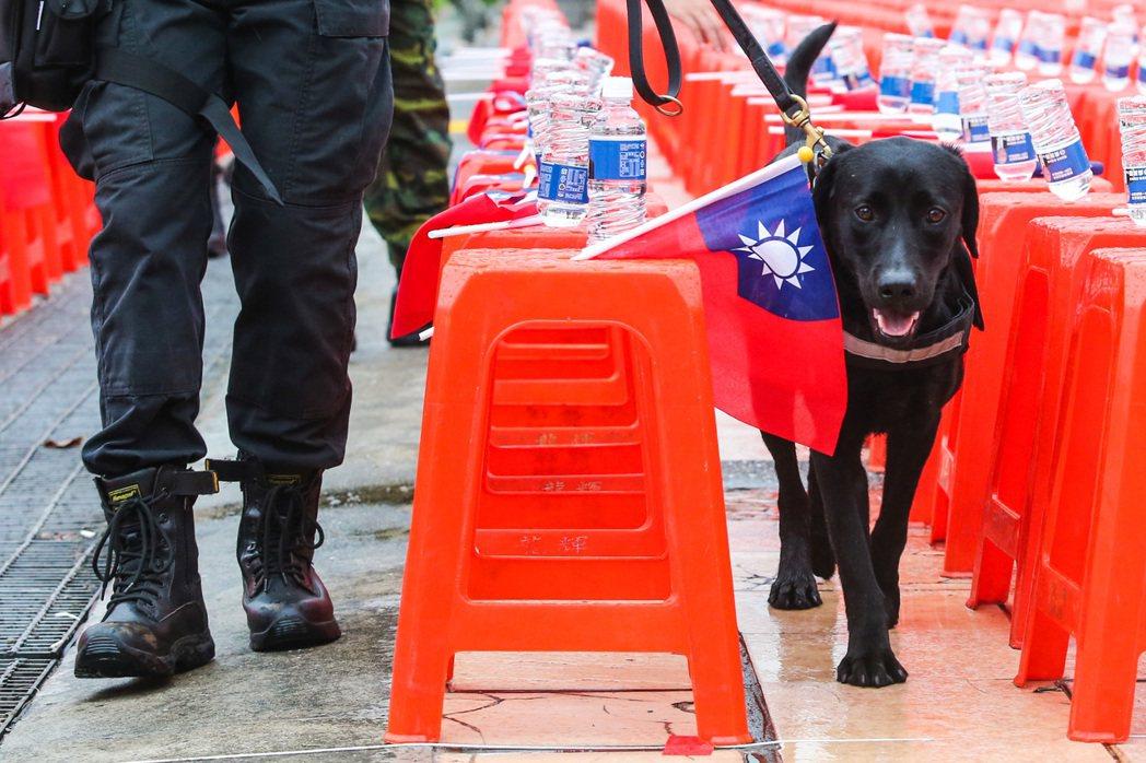 警方出動偵爆犬進行維安。記者鄭清元/攝影