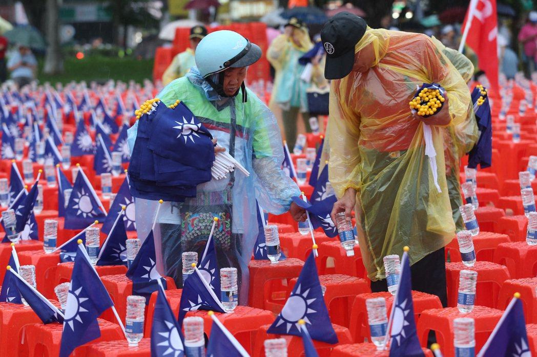 工作人員在雨中佈置會場。記者鄭清元/攝影