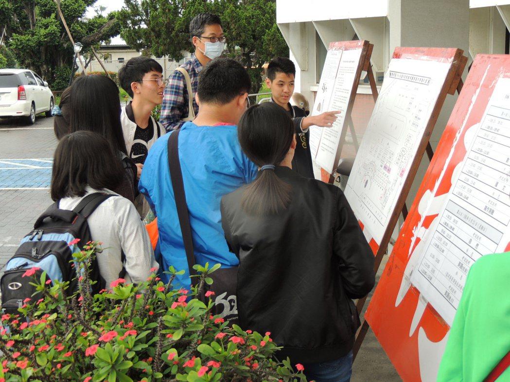 106年國中會考明天起一連舉行兩天,台東考區今天下午開放查看試場,不少考生冒雨前...