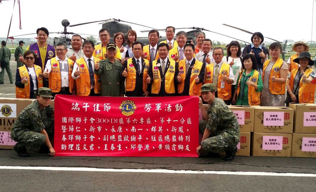 獅友今天到陸軍飛行訓練指揮部勞軍。記者周宗禎/攝影
