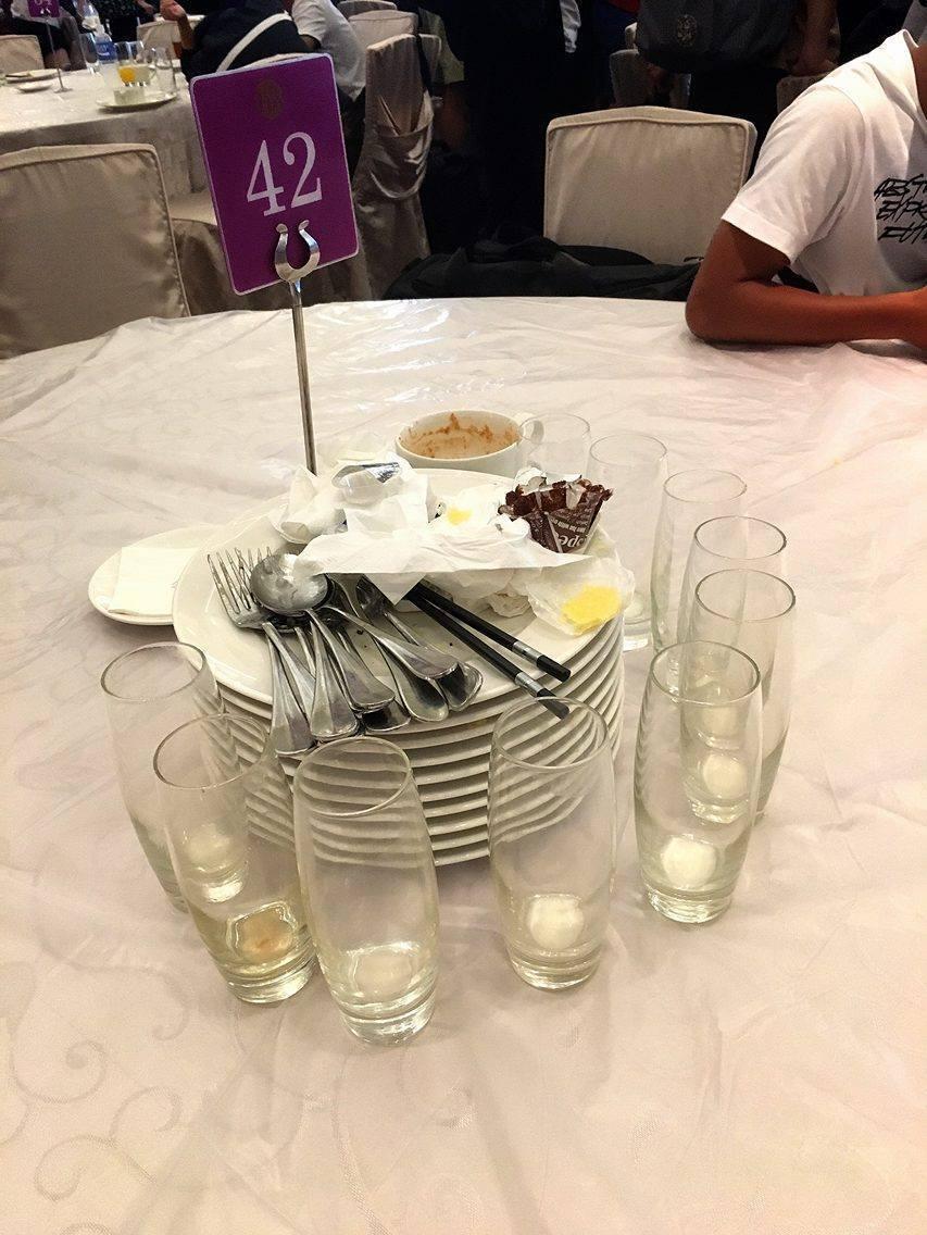 成淵高中體育班學生畢業旅行時,用餐完畢後會主動整理餐具。照片提供/潘瑞根