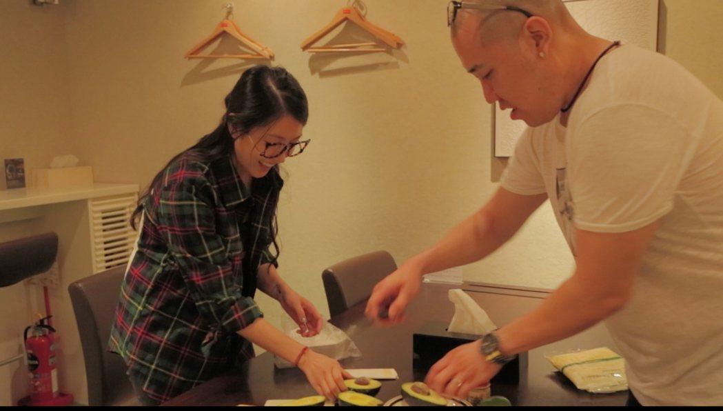 Jeff(右)和BoA在工作過程中興致一來,一起在錄音室做菜。圖/愛貝克思提供