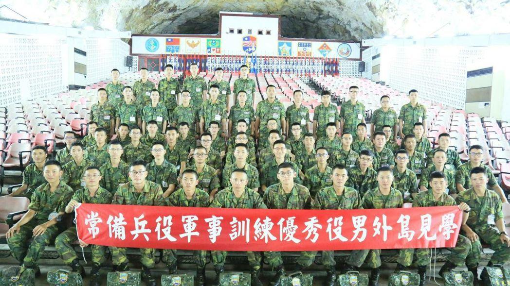 常備兵役軍事訓練優秀役男外島見學活動,今天正式結束,役男合影。圖/軍方提供