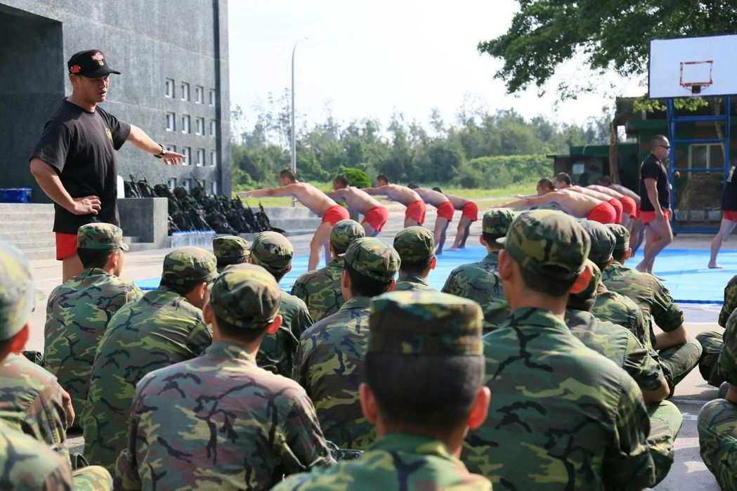 金防部舉辦「 常備兵役軍事訓練優秀役男外島見學」,參與的役男對海龍部隊散的訓練,...