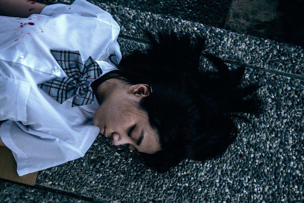 周宇柔在人生劇場中演女屍。圖/公視提供