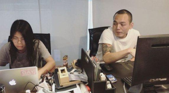 春風(右)騷擾員工,她淡定反應笑翻網友。圖/摘自IG
