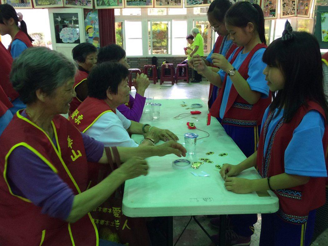 國小學童們作香包送長輩們。記者謝恩得/攝影